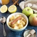A bowl of stewed apples .
